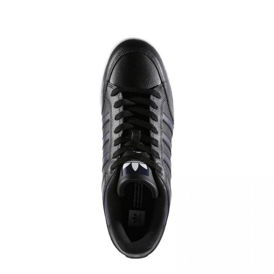 Оригинални черни спортни обувки на адидас